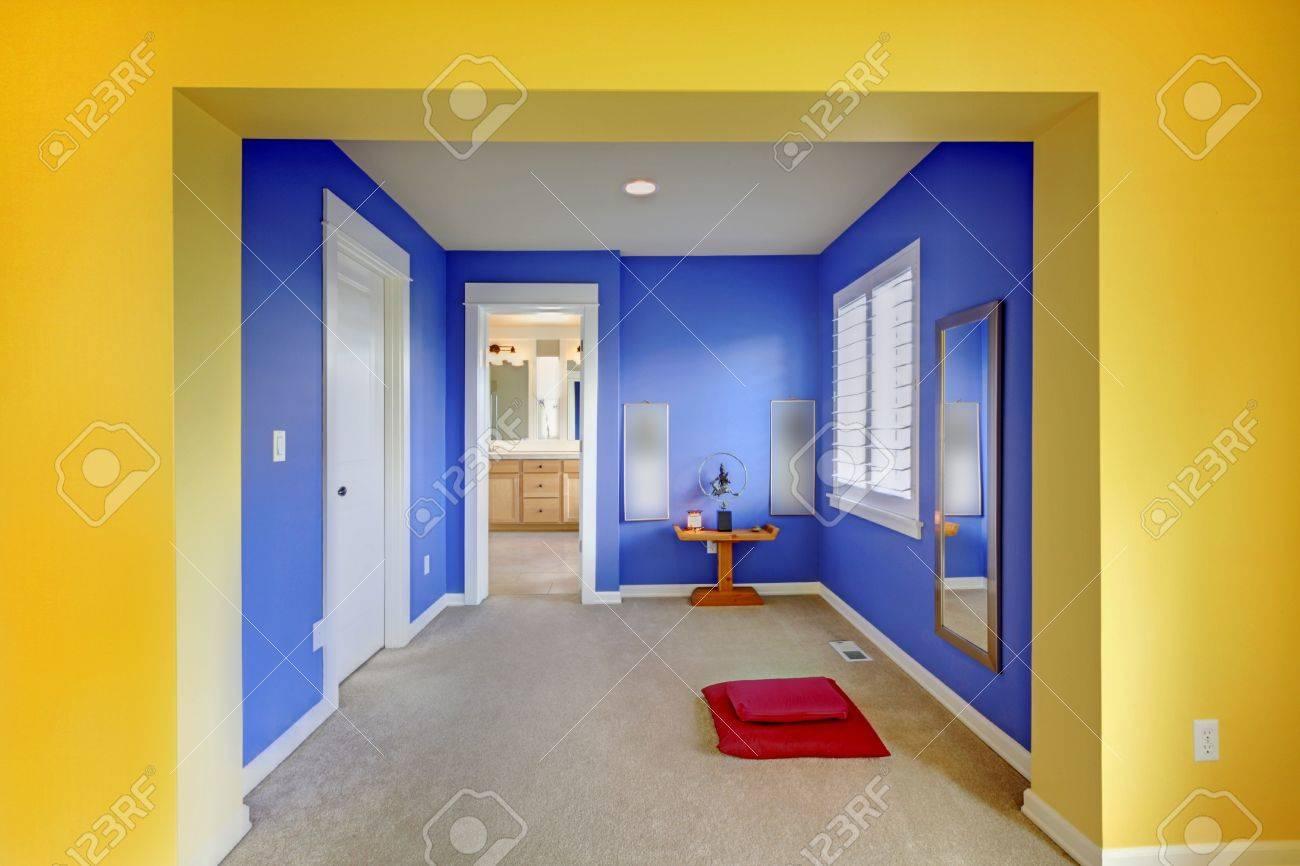 Bleu et jaune résidence de la région de méditation entre salle de bain et  chambre à coucher.