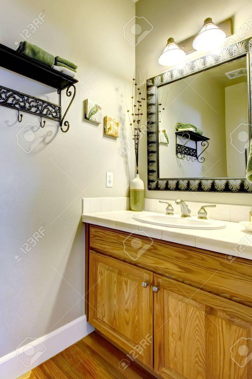 Polvo de habitación o cuarto de baño con lavabo y armario de madera.