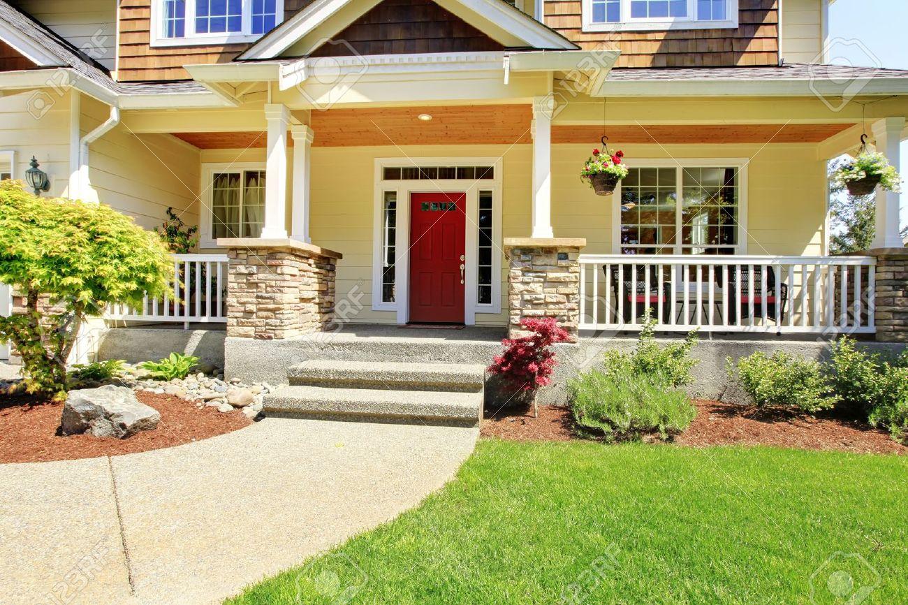 Le Porche De La Maison porche de la maison américaine avec porte rouge. banque d'images et