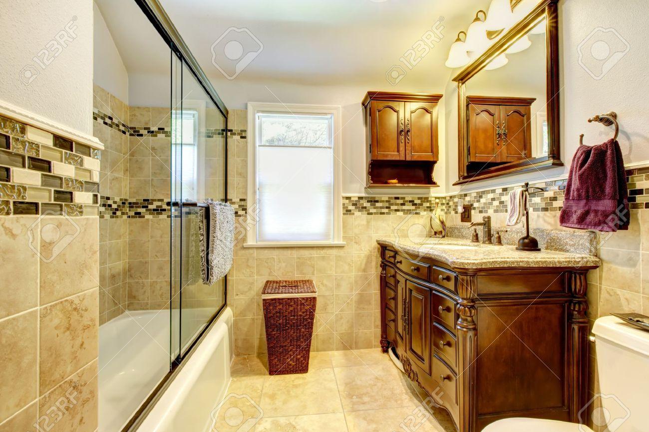 Salle de bains classique avec des carreaux en pierre naturelle et ...