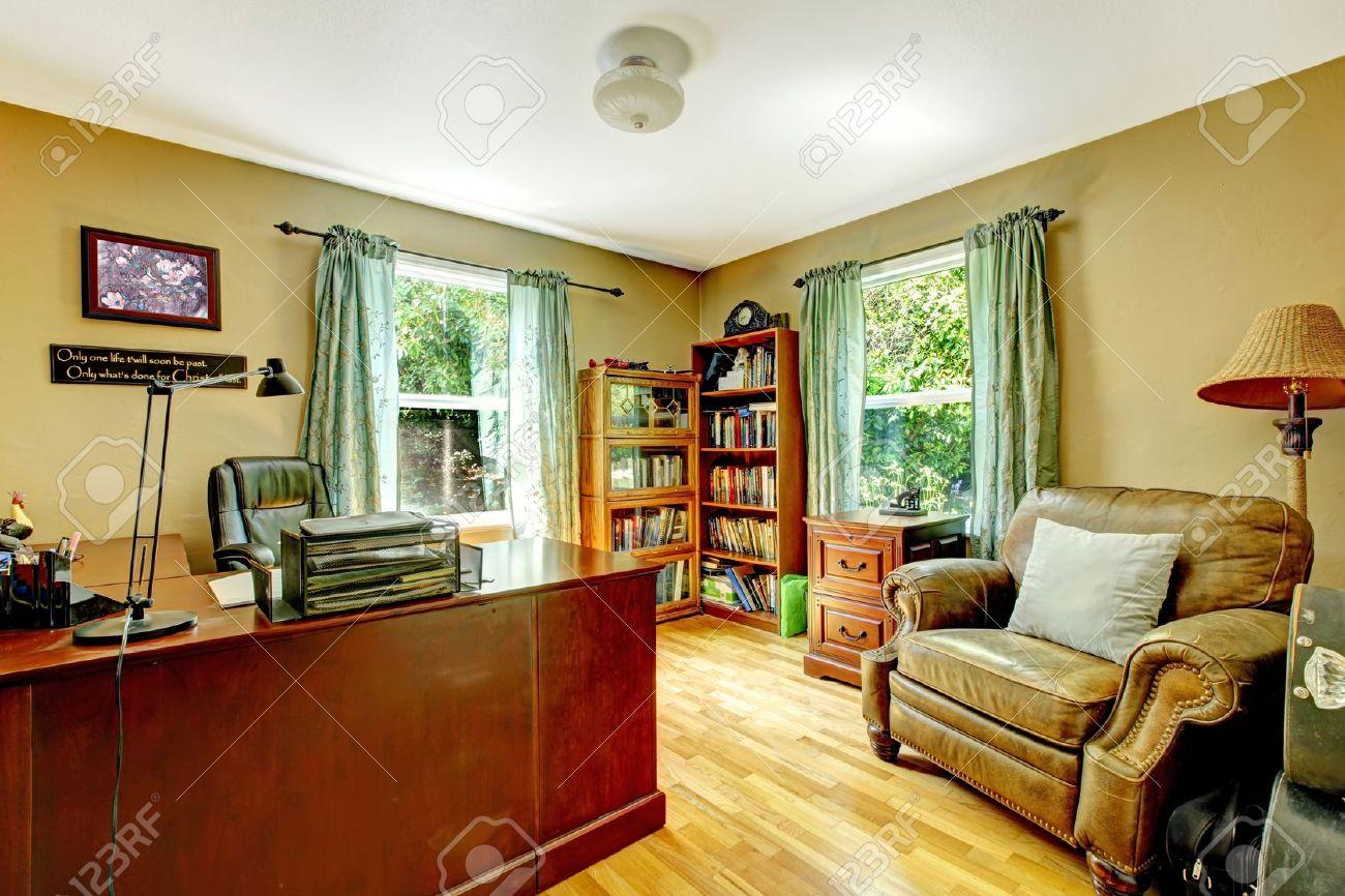 L intérieur de luxe bureau à domicile avec des murs verts et de