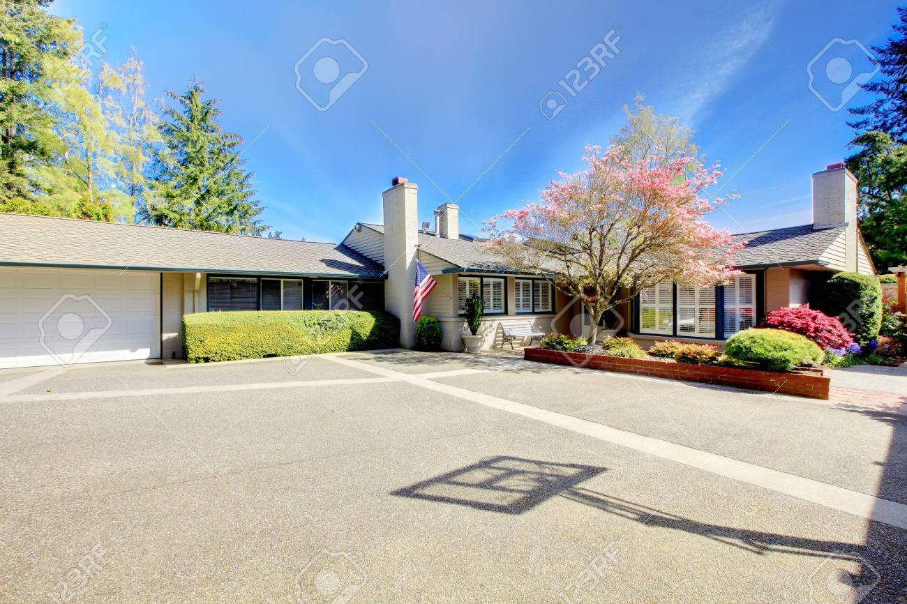 One level nice American home with large parking area. Stock Photo - 14615268