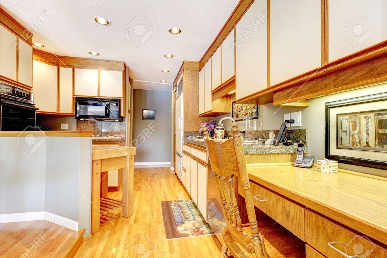 Perfekt Küche Interieur Mit Holz Und Weißen Schränken. Standard Bild   14615052