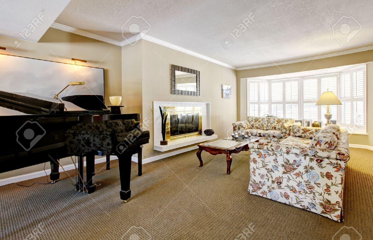 Elegant vardagsrum inredning med piano, öppen spis och anqique ...