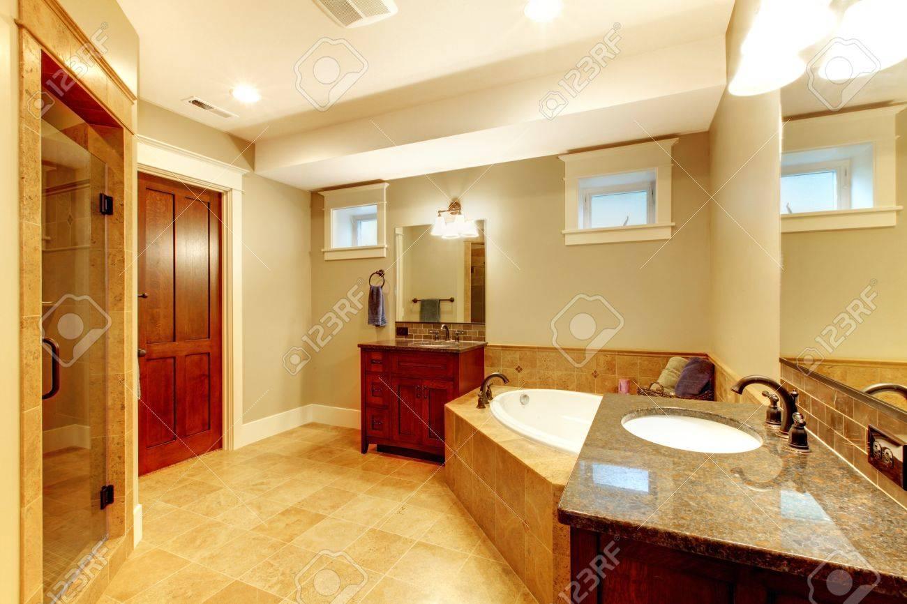Schöne Große Badezimmer Mit Zwei Waschbecken Und Badewanne