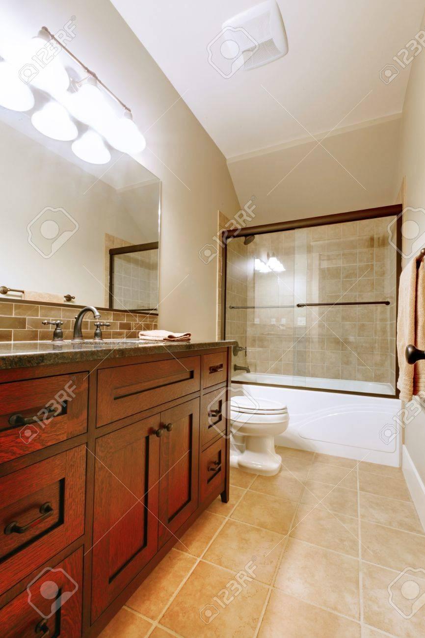 Schönes Bad Mit Holz Luxus Gehäuse Und Fliesen. Standard Bild   14874092