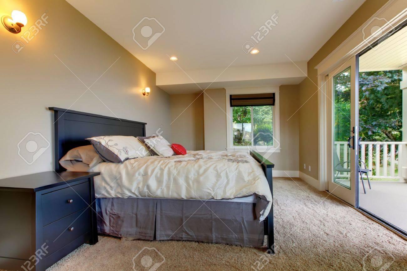 Schlafzimmer Mit Teppich Und Große Balkontür. Lizenzfreie Fotos ...