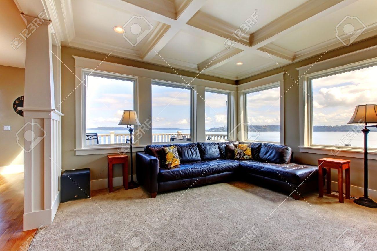 Luxe huis woonkamer met veel ramen en blauwe sofa. royalty vrije ...