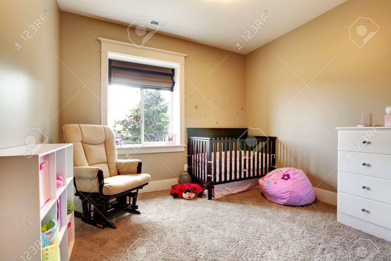 Camera Di Cura Per Bambina Con Culla In Legno Marrone E Pareti ...