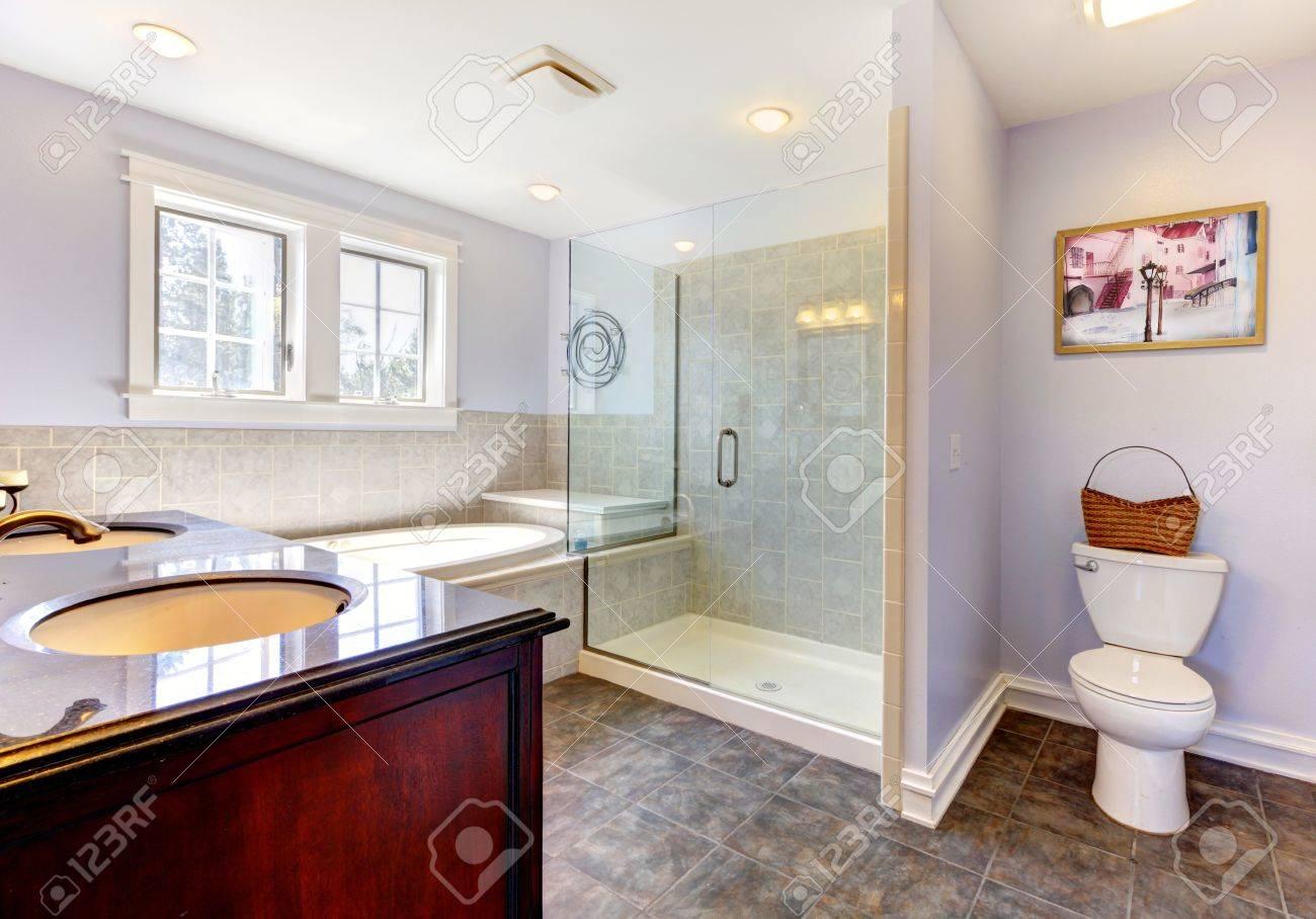 Grande salle de bain agréable avec douche lavande, belle baignoire et  lavabo.