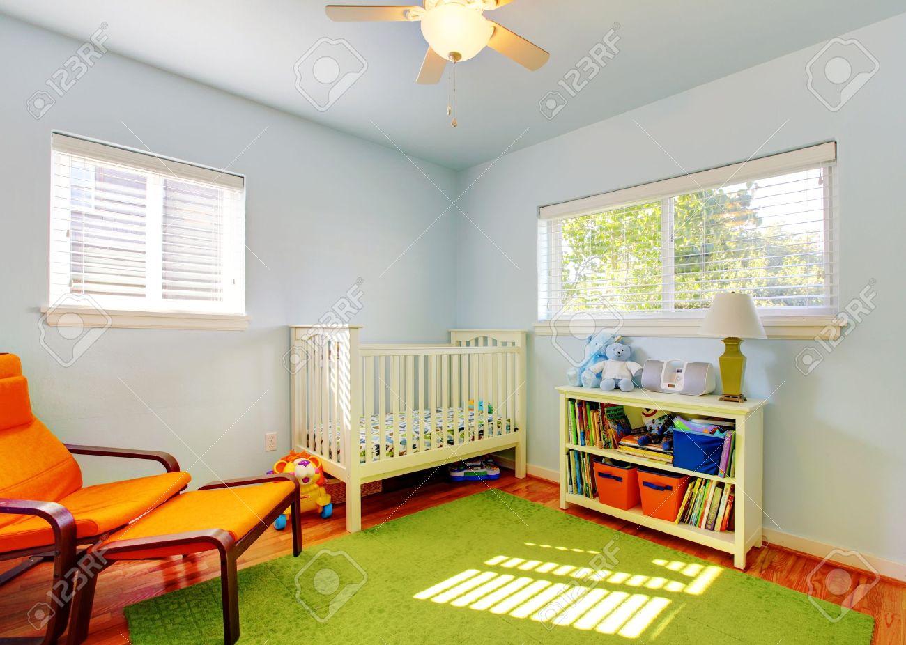 Baby-Kinderzimmer-Design Mit Grünem Teppich, Blaue Wände Und Orange ...