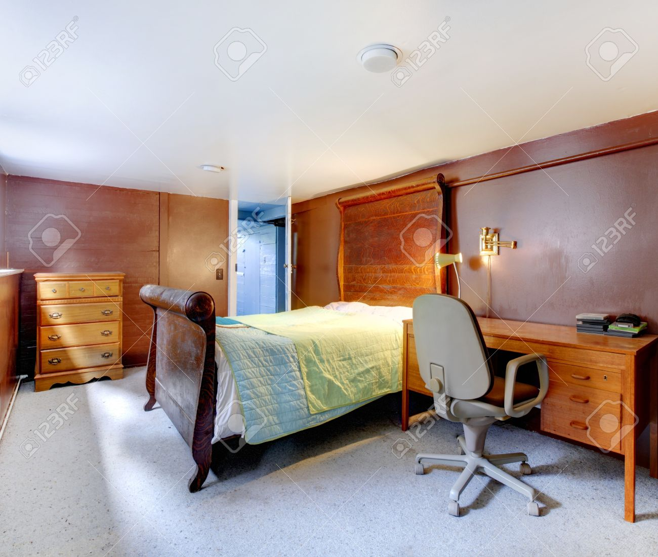 Chambre avec moquette grise brown et grand lit avec literie vert ...