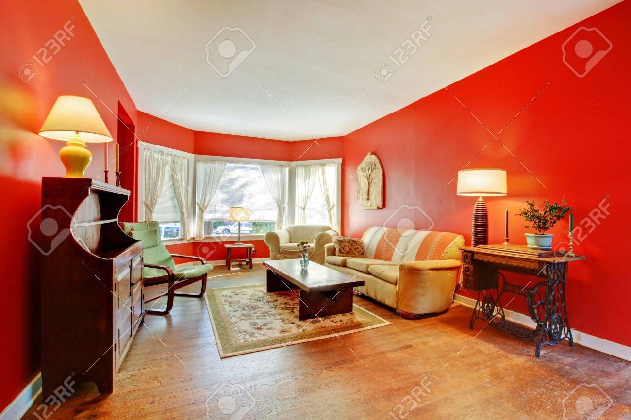 Stor röd vardagsrum med lövträd och antika möbler med lampor ...
