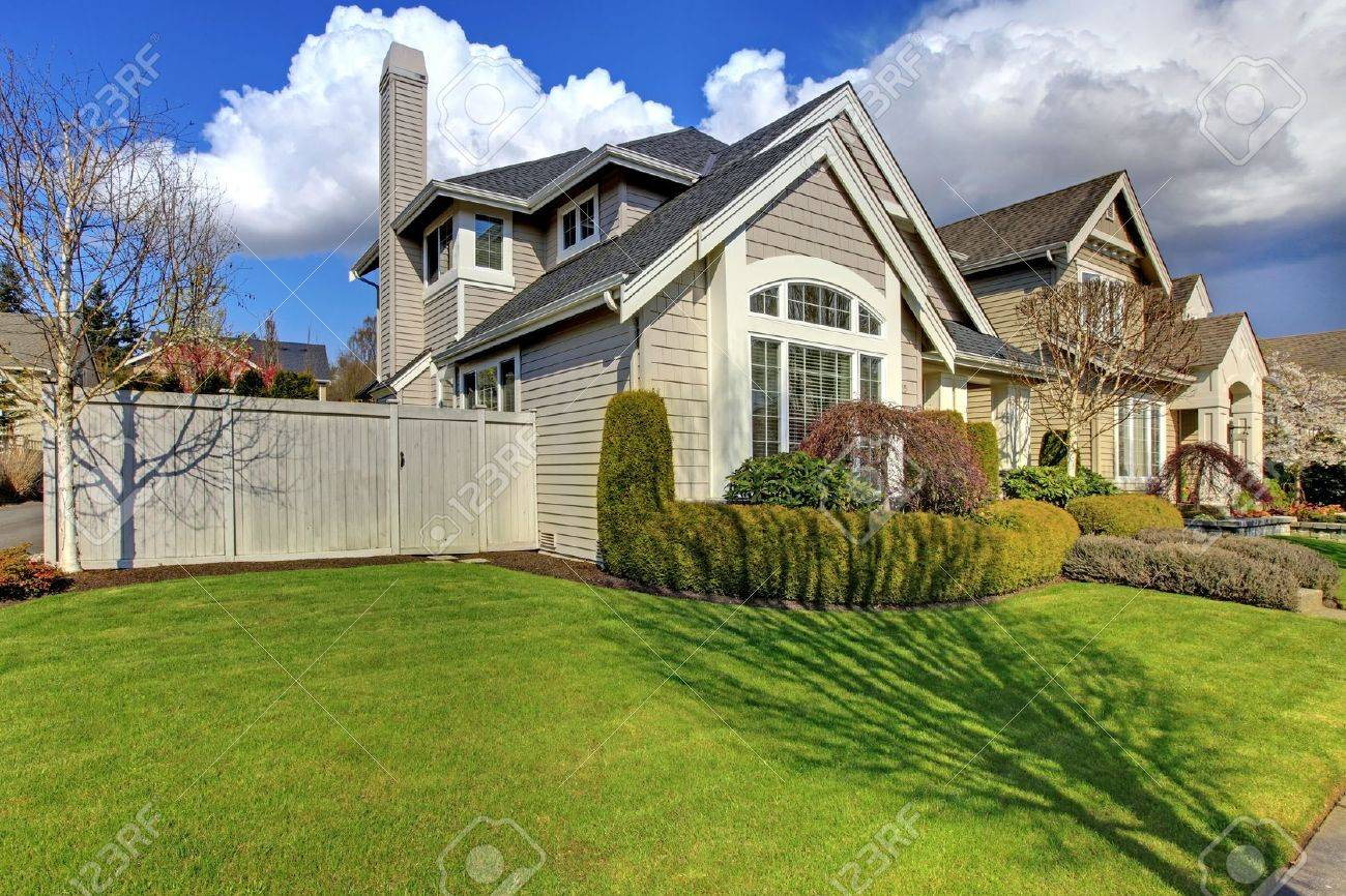 Classic American Haus Mit Zaun Und Grune Gras Im Fruhjahr