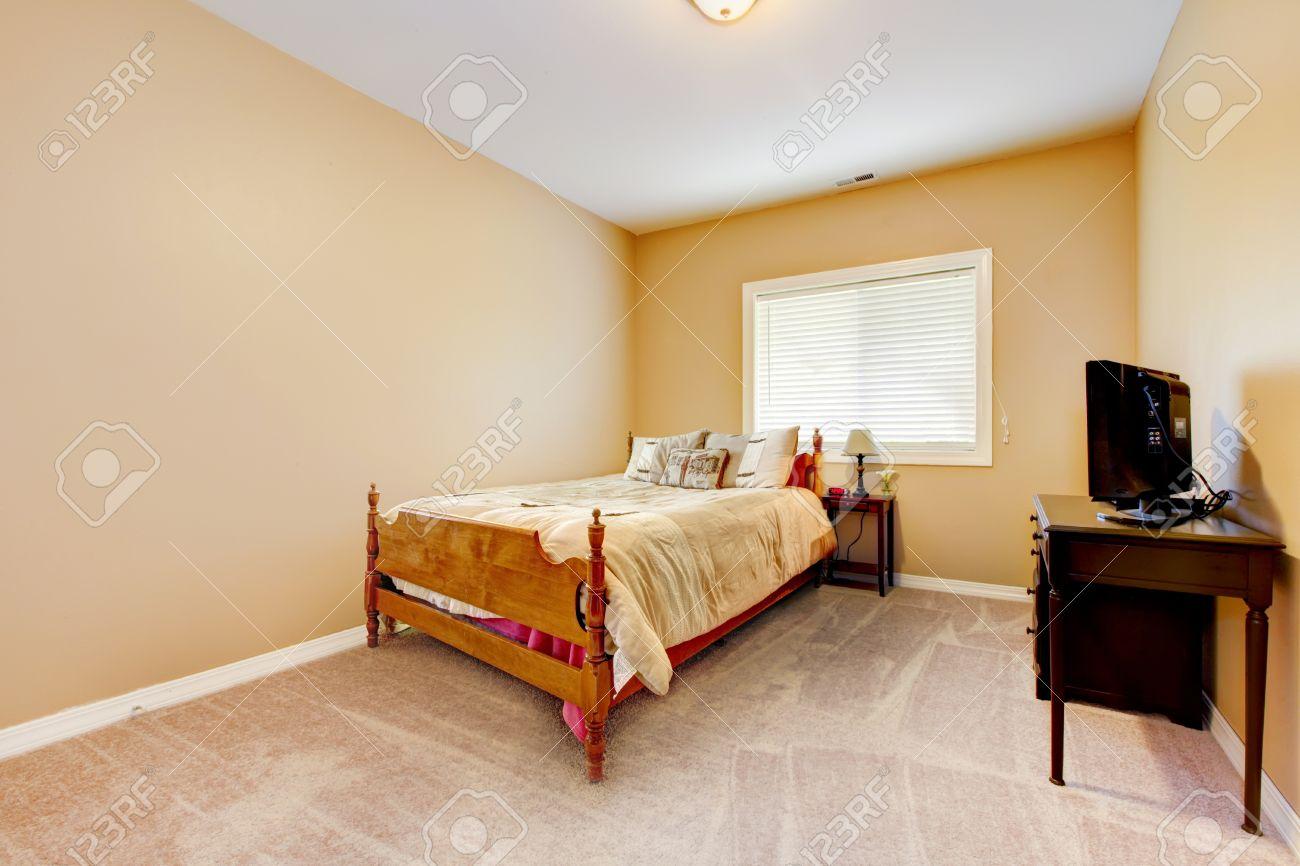 grande camera da letto con pareti gialle e moquette beige con tv ... - Camera Da Letto Con Tv
