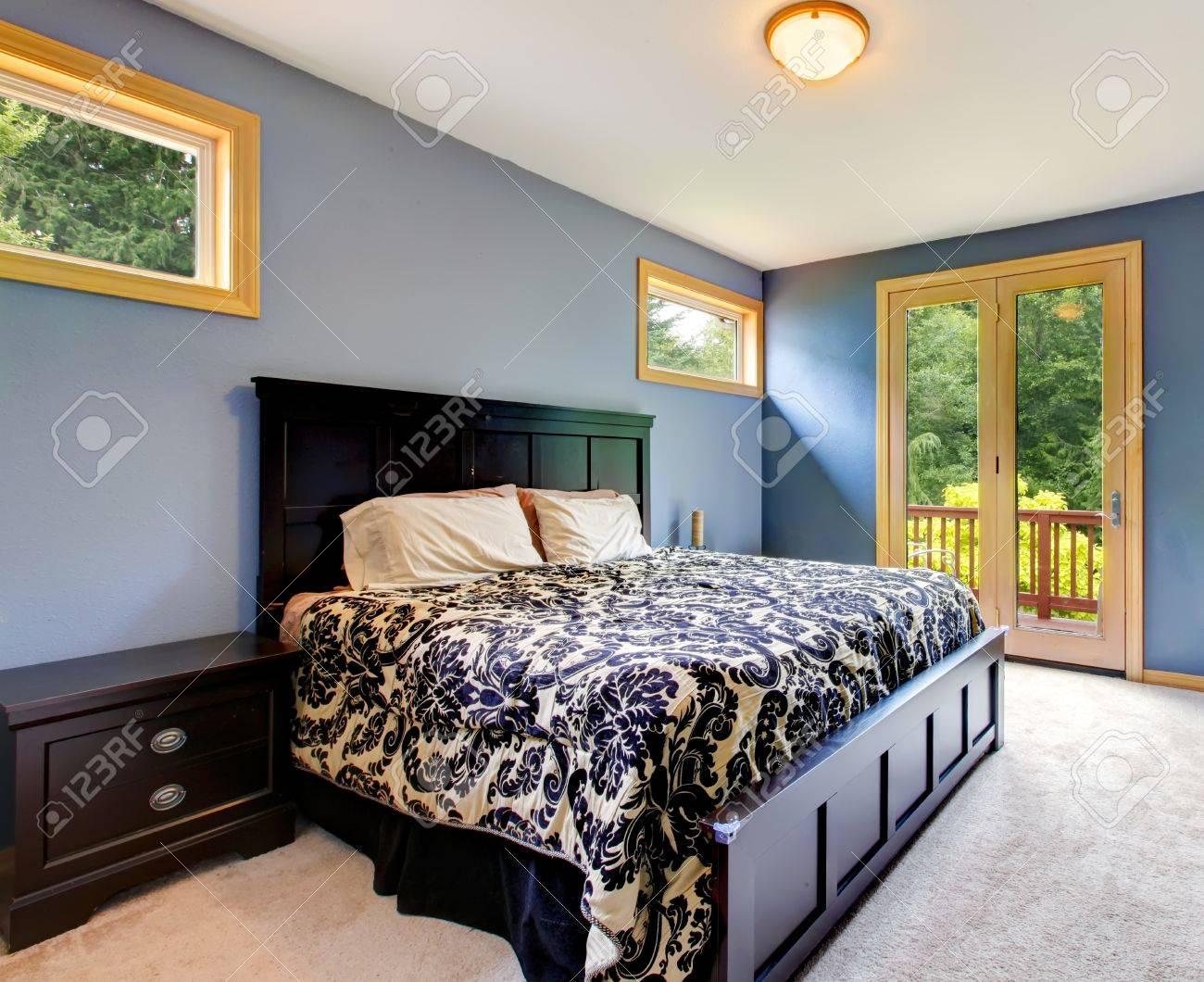 Blaue Moderne Schlafzimmer Mit Balkontür Und Beige Teppich Standard Bild    16335346