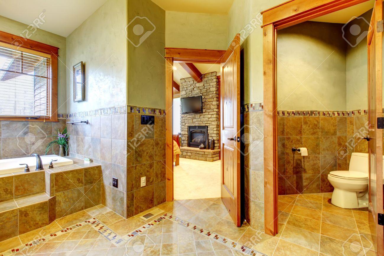 archivio fotografico bagno di lusso grande maestro in casa di montagna con doppio lavabo e pareti verdi