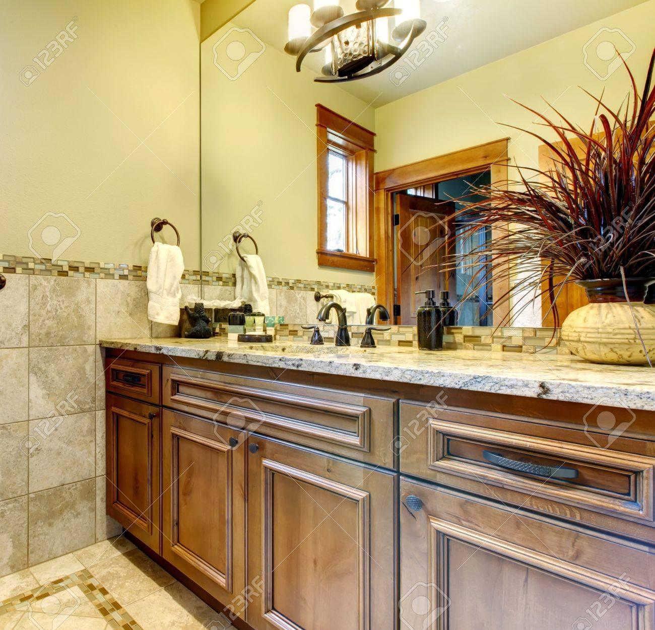 Armoires de salle de bains de luxe à la maison de montagne avec des  carreaux de pierre.