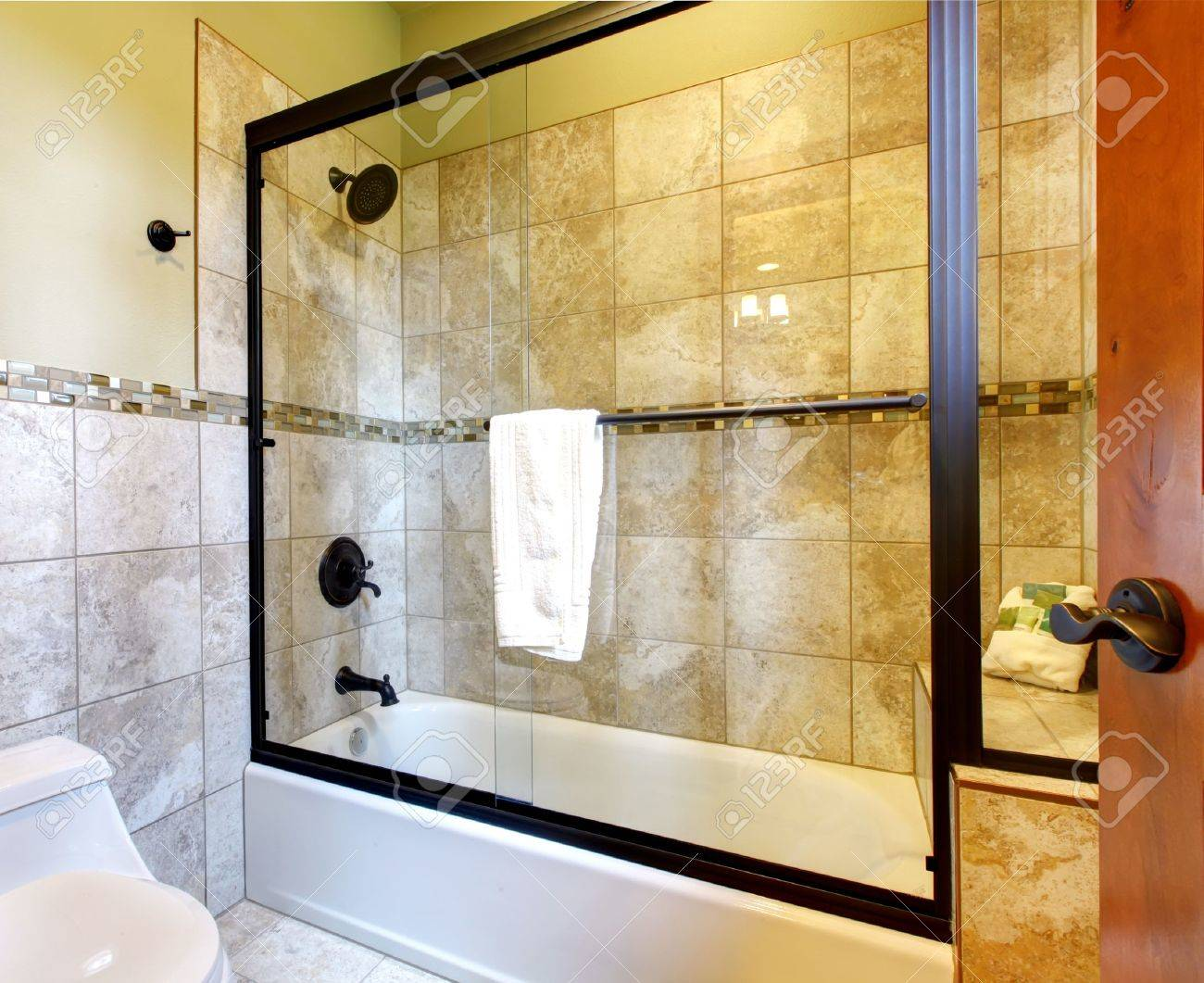 Top Quality Shower Bath Tub With Stone Tiles And Toilet With ...