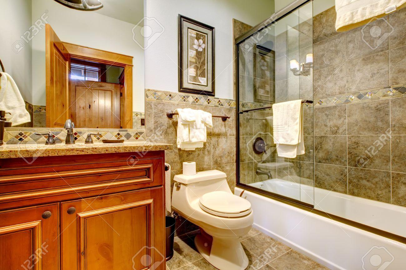 Salle de bain luxueuse maison de montagne avec douche, baignoire ...