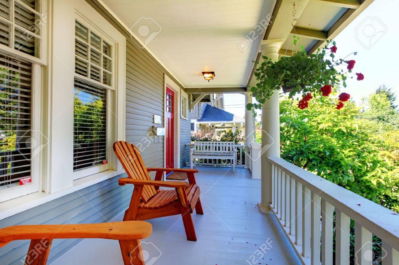 Le Porche De La Maison porche de la maison grise avec des balustrades blanches et deux