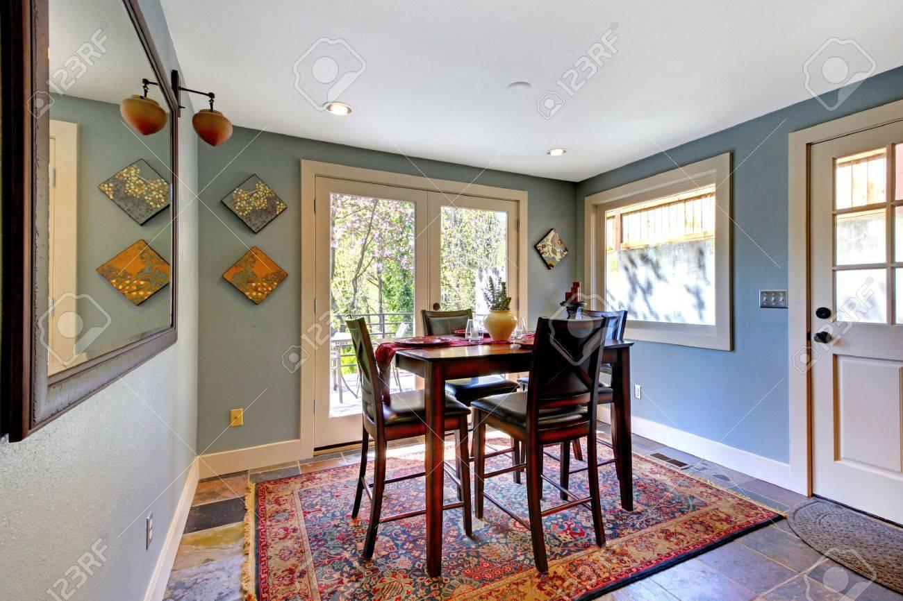 Habitación Azul Luminoso Comedor Con Alfombra Roja Y Una Mesa Alta ...