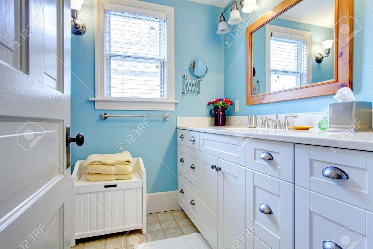 Badezimmer Stauraum, blaue und weiße badezimmer mit viel stauraum mit offener tür, Design ideen