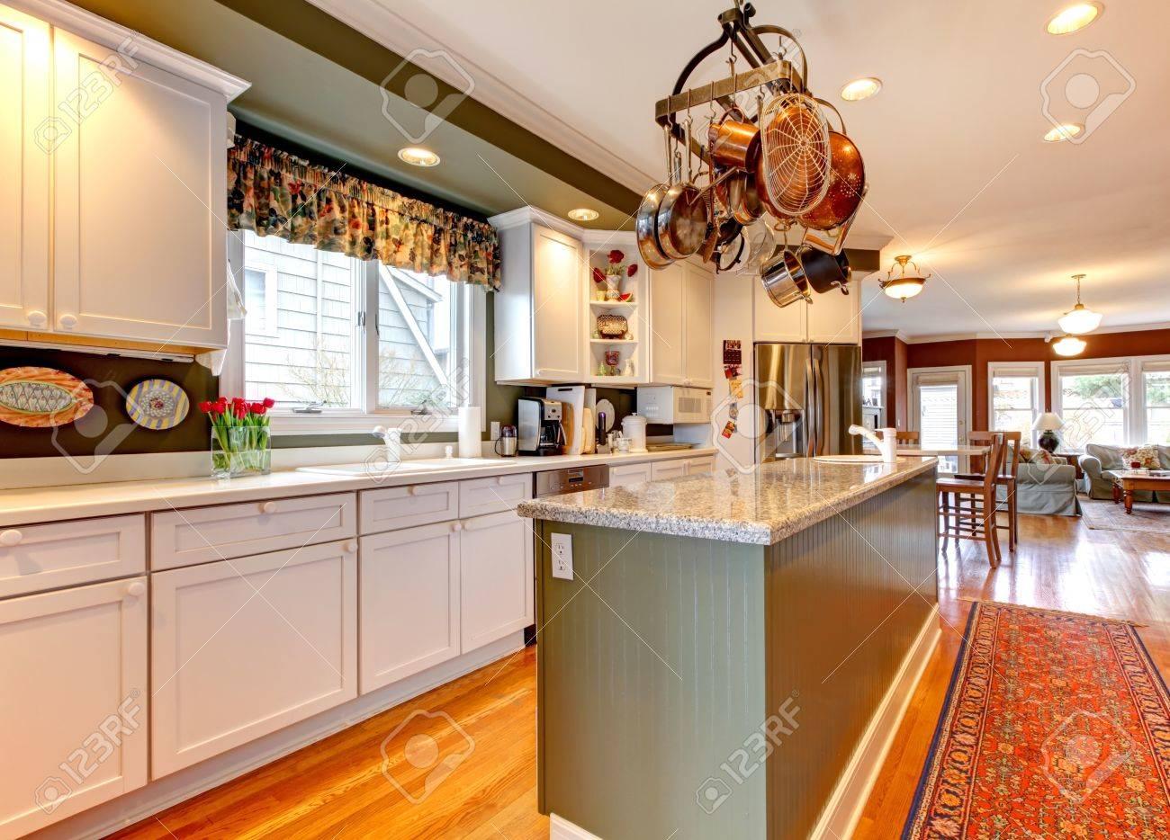 Große Weiße Und Grüne Küche Mit Parkett Lizenzfreie Fotos, Bilder ...