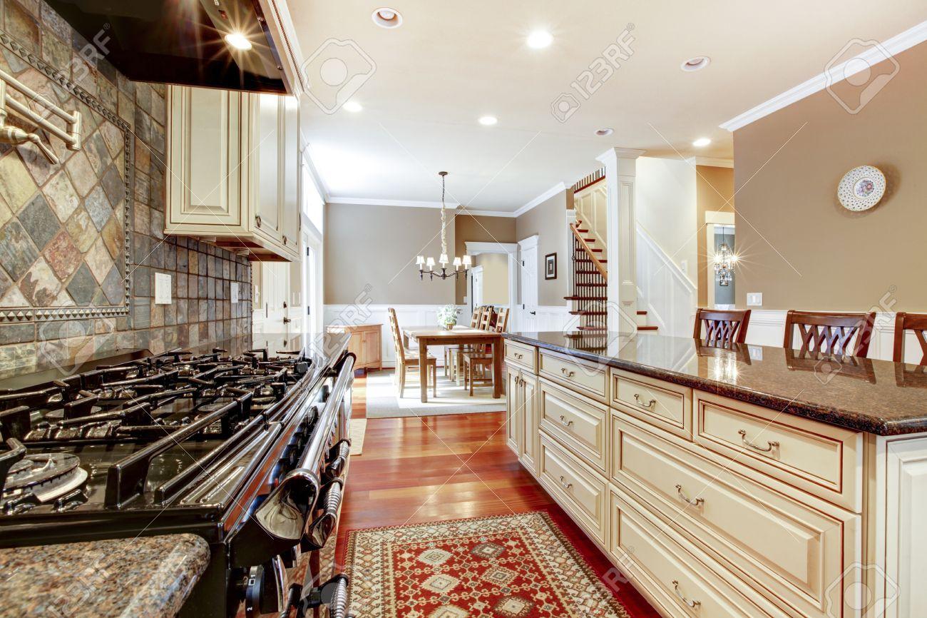 Witte Luxe Keuken Met Stenen, Groot Fornuis En Kersen Hardhout ...