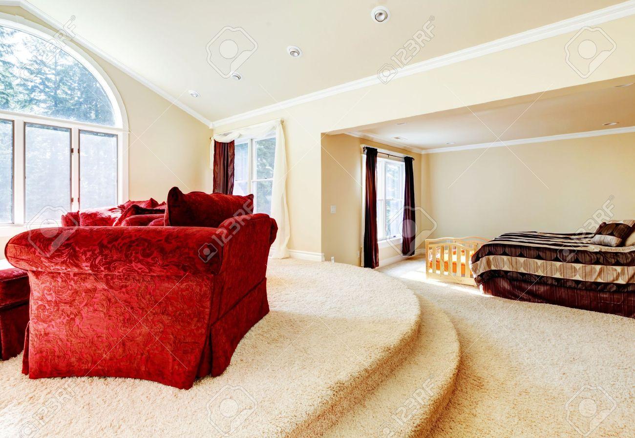 ampia luminosa camera da letto con divano rosso e beige. foto ... - Camera Da Letto Con Divano