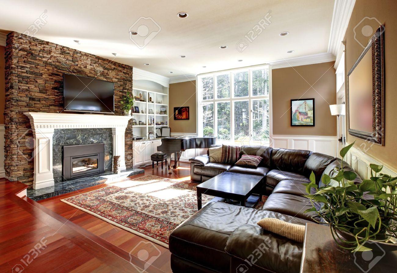 Lyxiga vardagsrum med stobe spis och skinnsoffor, körsbär lövträd ...