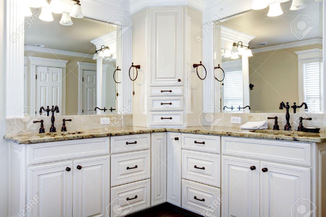 archivio fotografico di lusso di grandi dimensioni bianco armadietti da bagno master con doppi lavandini