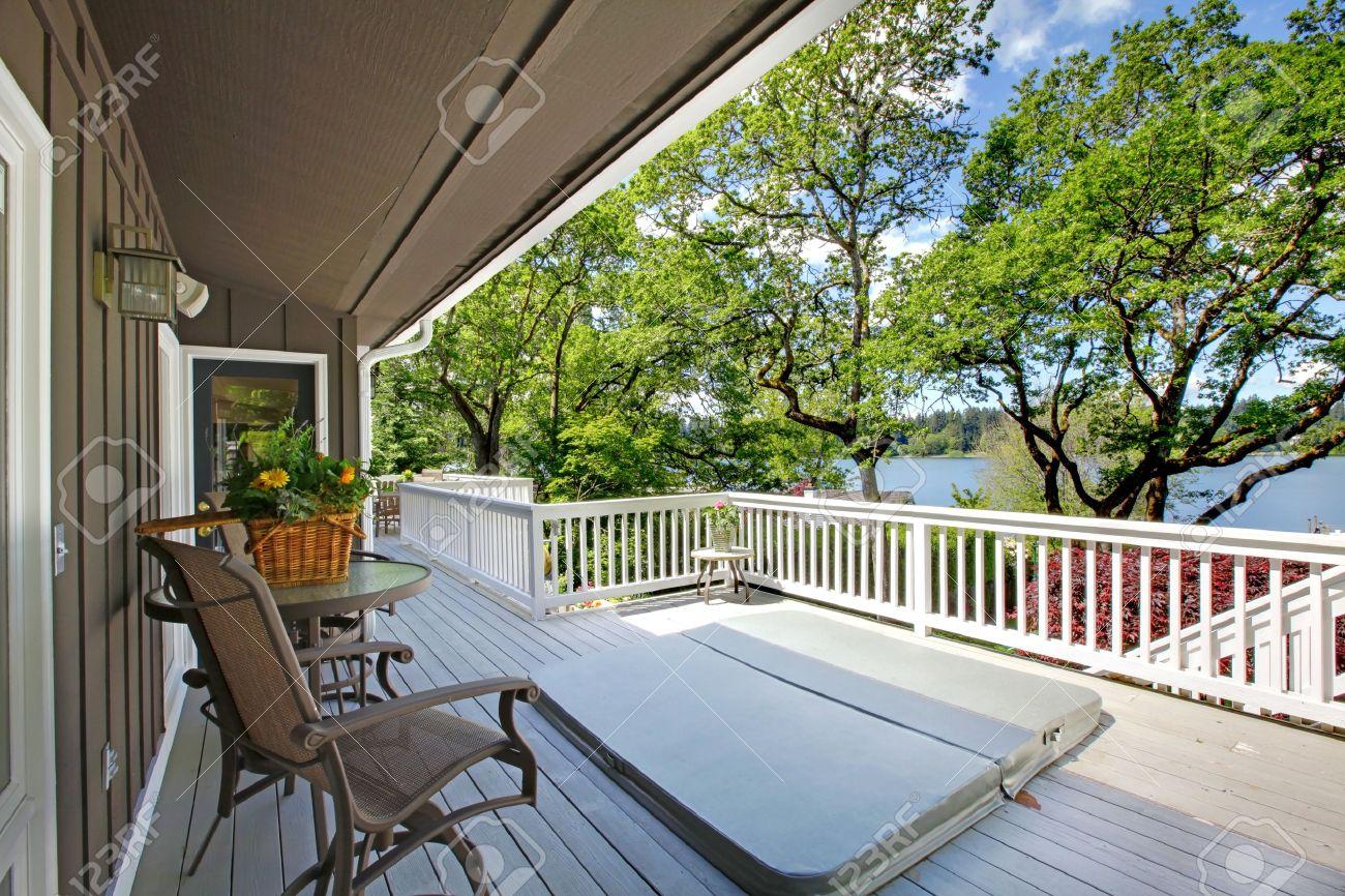 Grote lange balkon huis exterieur met bubbelbad en stoelen