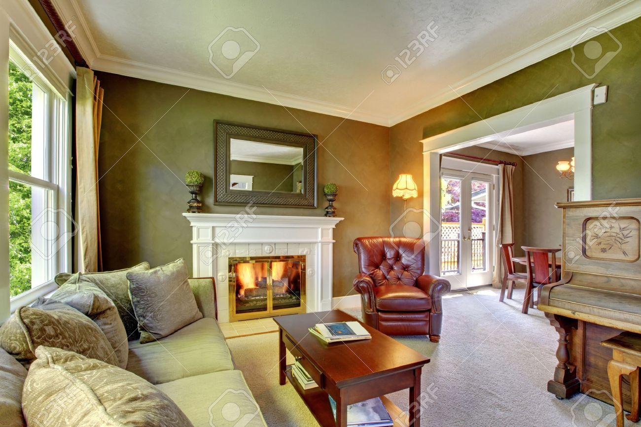 Elegante klassieke groene woonkamer met open haard en piano ...