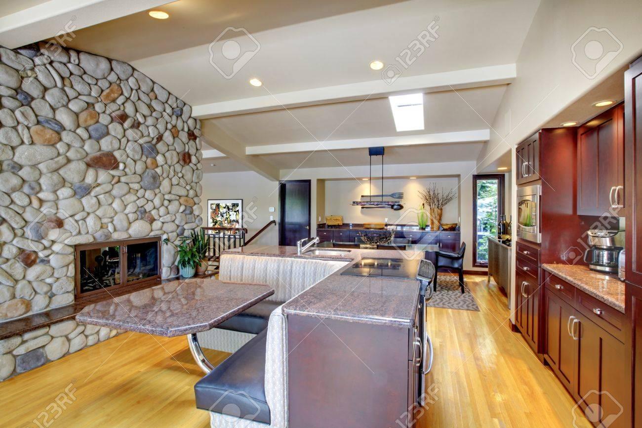 Cuisine acajou de luxe avec un mobilier moderne et d'une cheminée ...