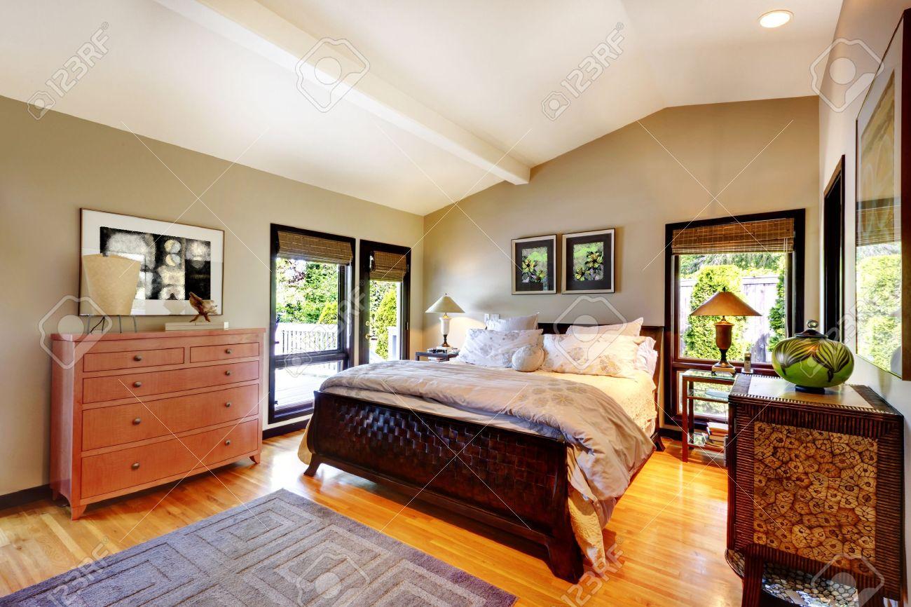 Moderne Luxus Schlafzimmer Mit Bett, Kommode Und Nachttisch. Lizenzfreie  Bilder   17124836