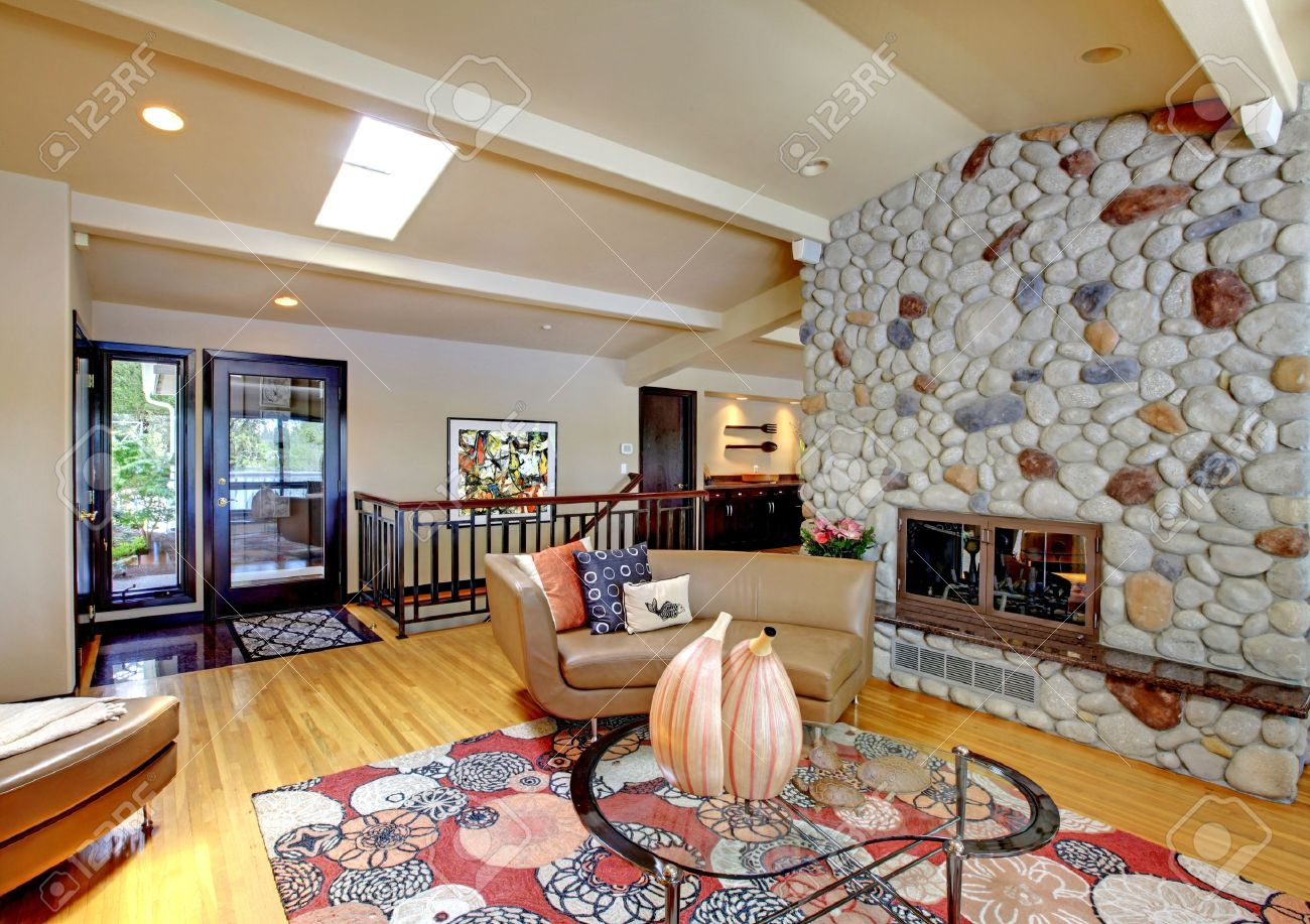 Open moderne luxe interieur woonkamer en stenen open haard ...