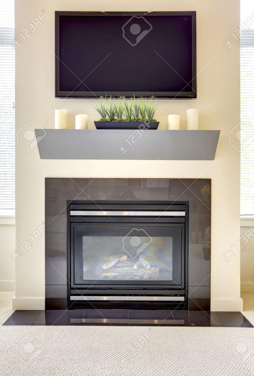 chimenea moderna nueva con gran tv y estantera con velas foto de archivo