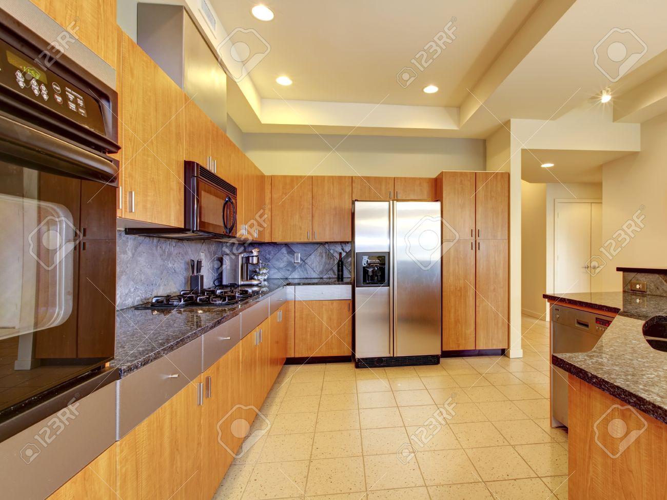 Grande cuisine moderne en bois avec salon et belle hauteur sous ...