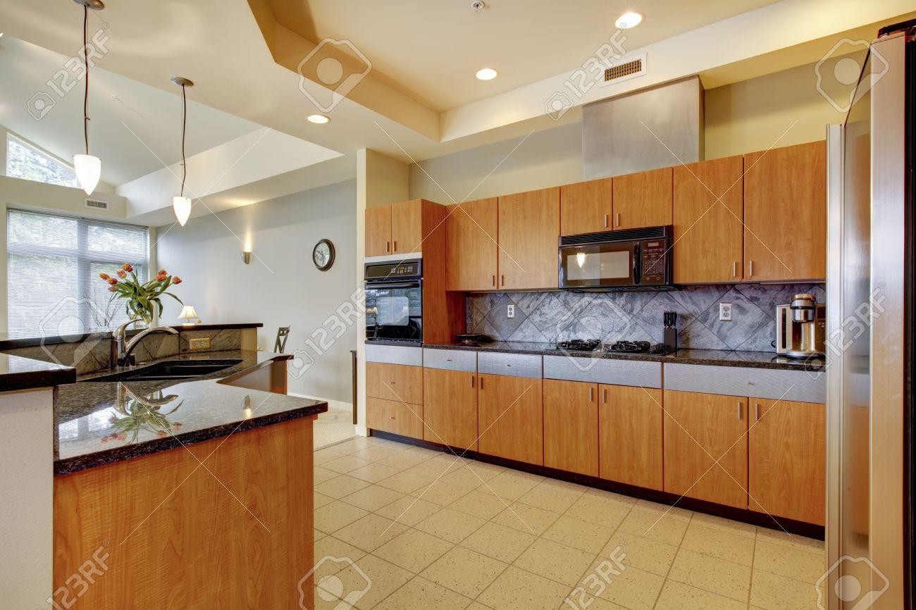 grande cucina moderna in legno con soggiorno e alto soffitto e le ... - Soggiorno E Cucina Moderna
