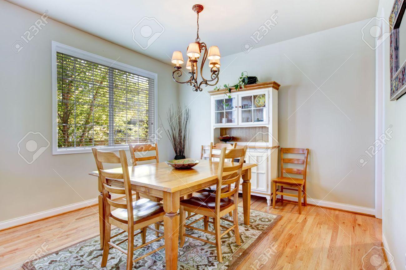 Comedor Natural Gris Habitación Interior Con Mesa De Madera Y Mueble ...