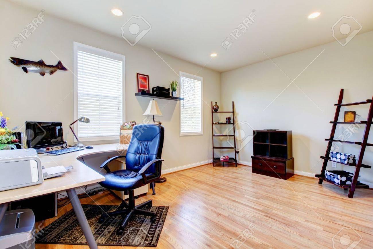 Intérieur de bureau à la maison avec plancher de bois franc et un