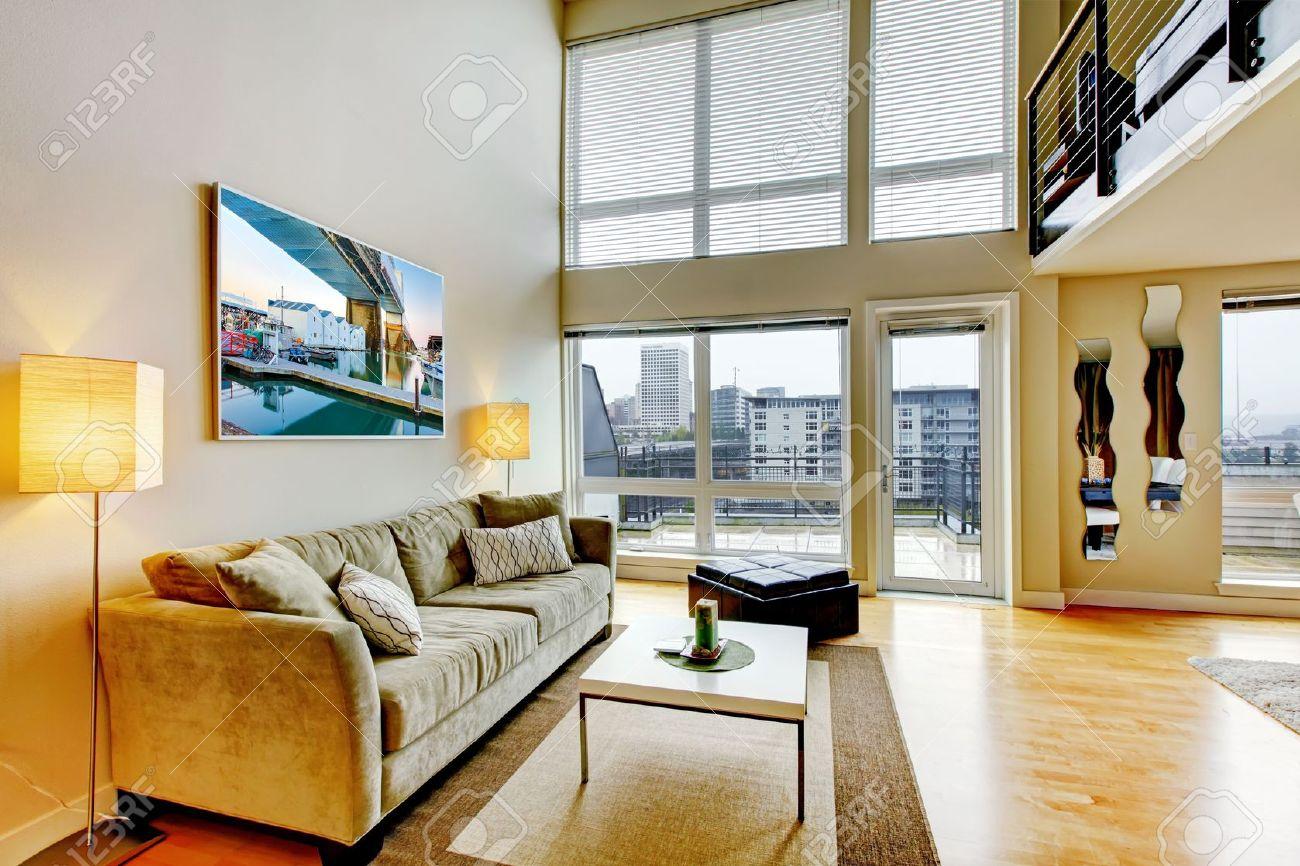 Modern loft appartement woonkamer interieur met hoog plafond ...