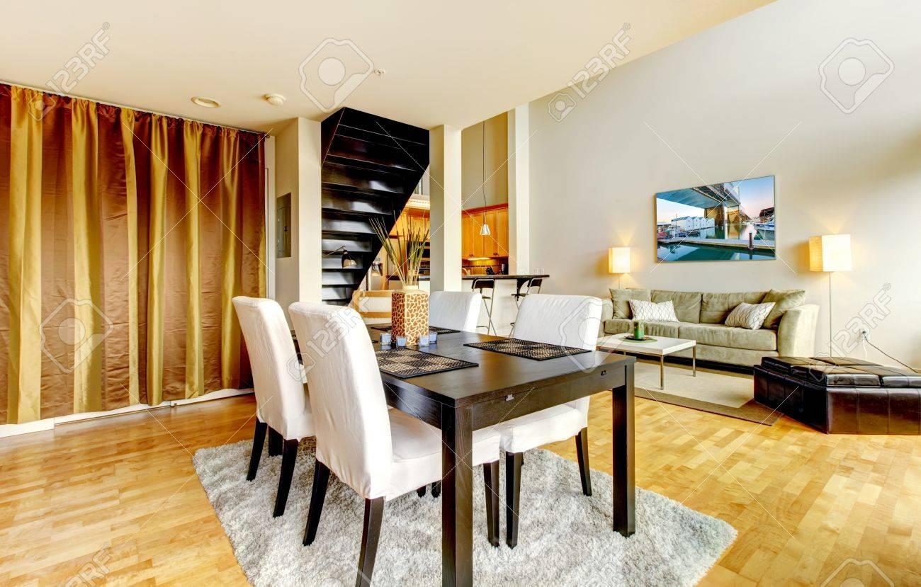 Matsal interiör i modern stad lägenhet med högt loft tak royalty ...