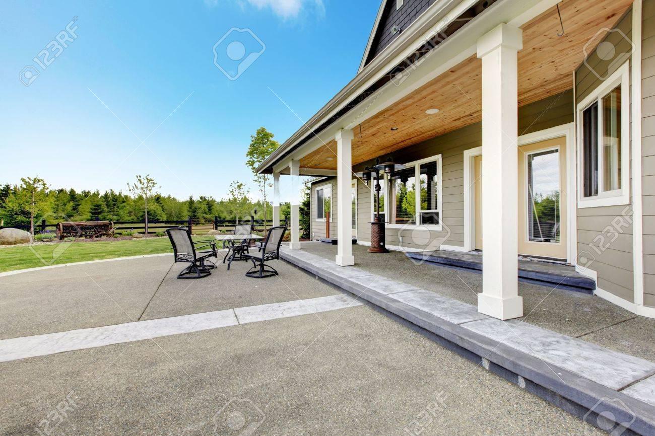Grosser Bauernhof Landhaus Mit Langen Uberdachten Veranda Und