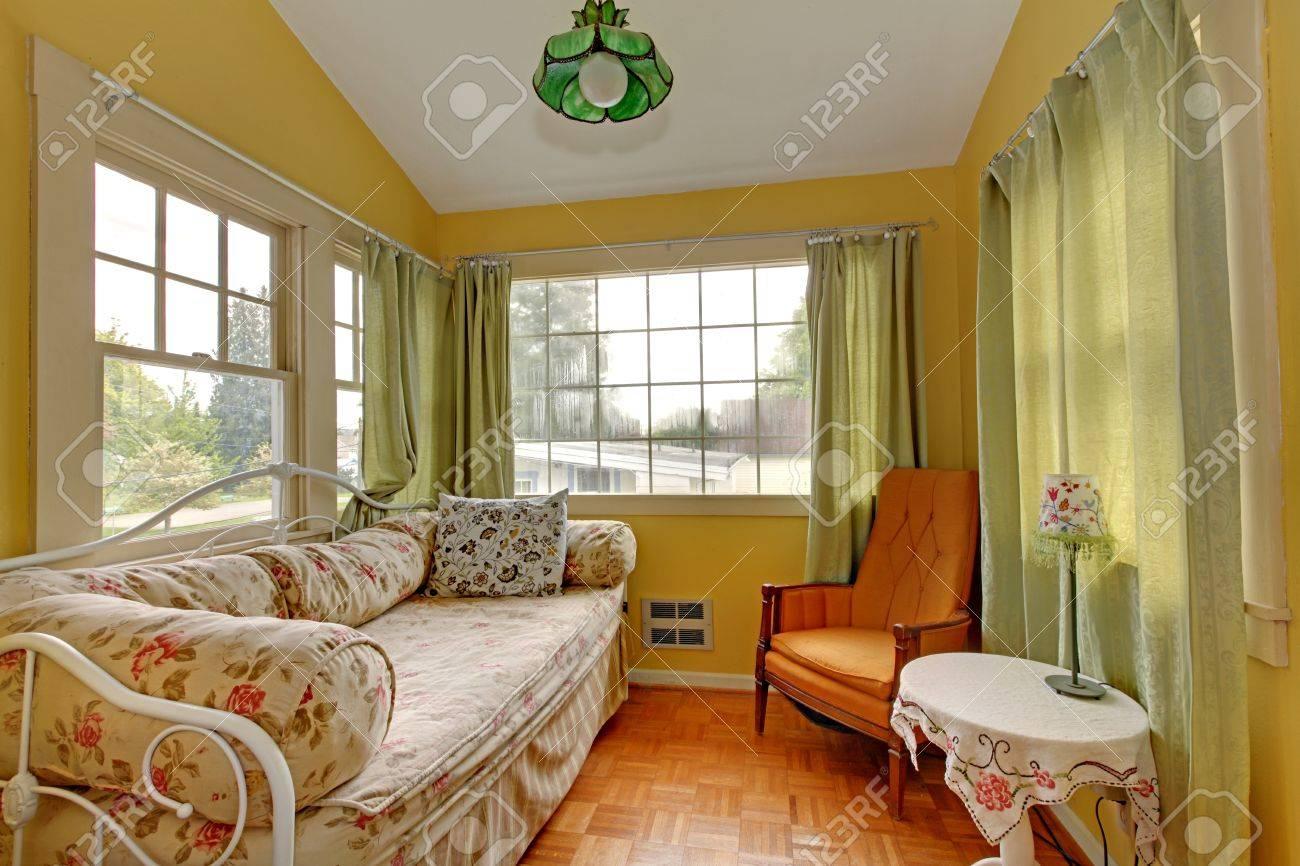Kleines Wohnzimmer Mit Schlafsofa Und Leseecke In Gelb Und Grün ...