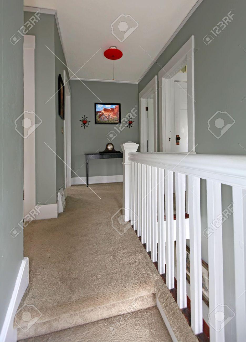 Couloir à L\'étage Gris Avec Garde-corps Blanc Et La Moquette Beige ...