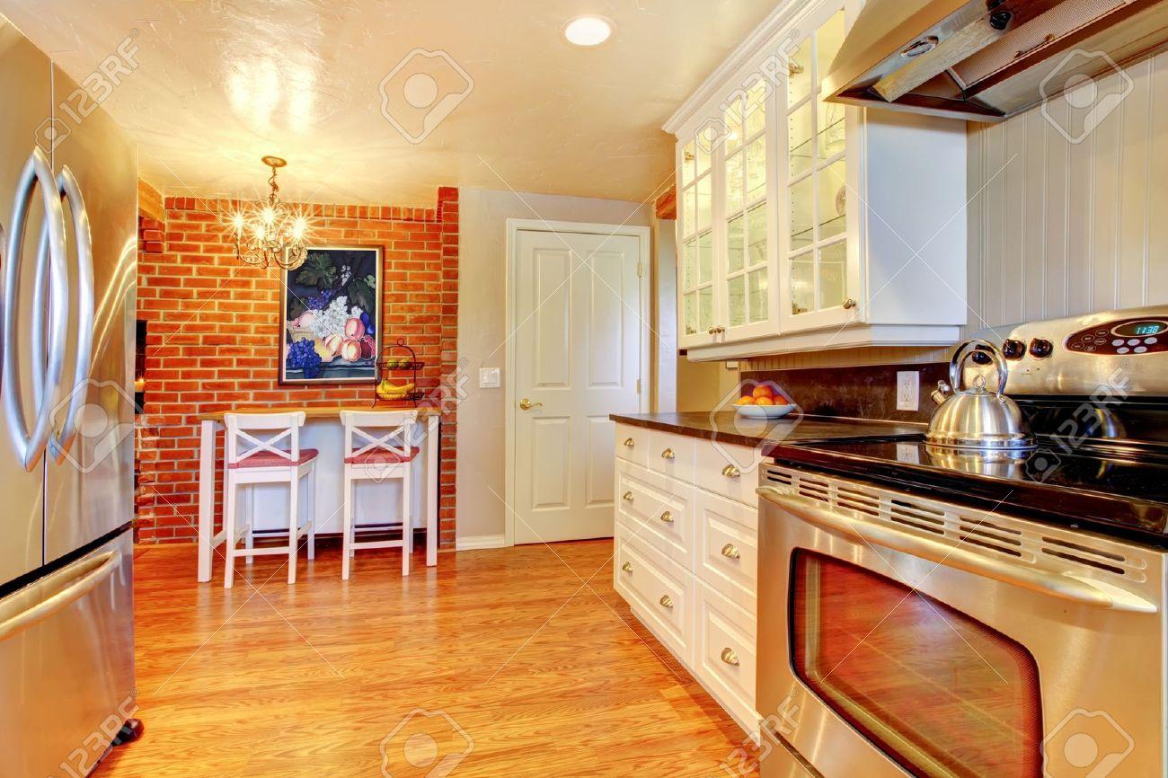 cucina bianca con muro di mattoni, legno ed acciaio inossidabile e ... - Piano Cucina Acciaio