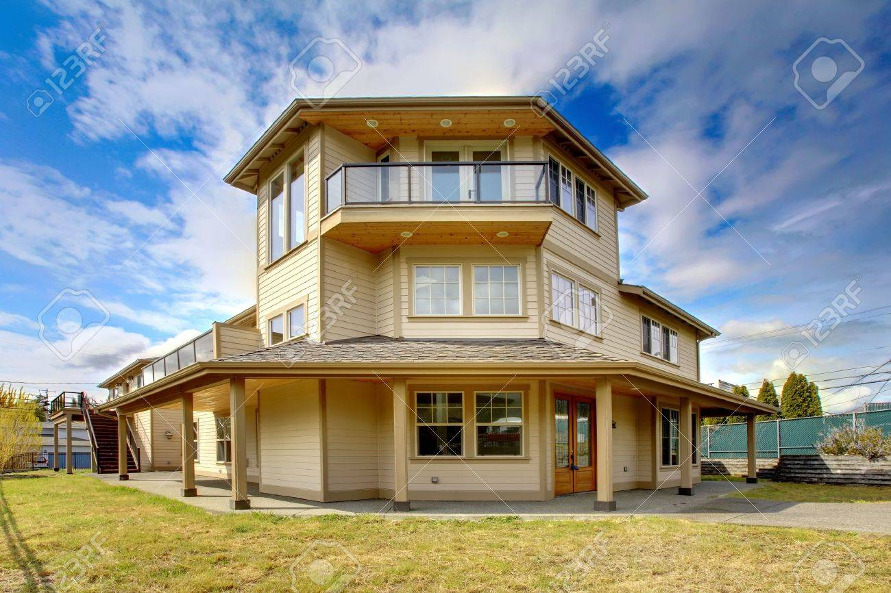 Große New Luxury Home Außen Mit Balkon, Drei Etagen. Lizenzfreie ...
