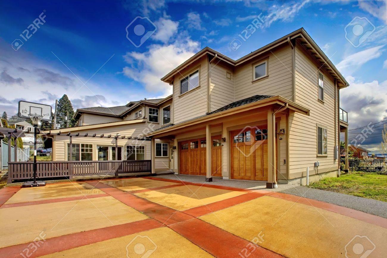 Große New Luxury Home Außen Mit Orange Und Rot Auffahrt. Lizenzfreie ...